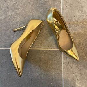 Metallic gold pumps
